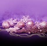 Kerstmis lilac ballen en parels Royalty-vrije Stock Afbeelding