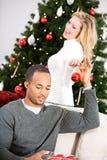 Kerstmis: Man die Vrouw helpen Kerstboom verfraaien Stock Foto
