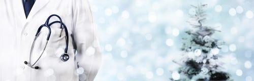 Kerstmis medische partij arts met stethoscoop op vaag licht stock foto