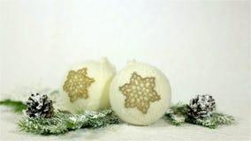 Kerstmis met de hand gemaakte decoratie een gebreide bal en een gehaakte sneeuwvlok stock videobeelden