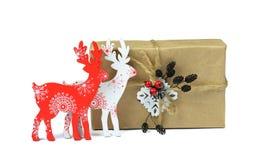 Kerstmis met de hand gemaakte giften Houten decoratieve herten / Geïsoleerd/ stock afbeelding