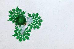 Kerstmis met groene Kerstmisballen en sneeuwvlokken die wordt geplaatst Stock Foto's