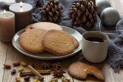 Kerstmis met hete thee, koekjes en kaarsen Stock Fotografie