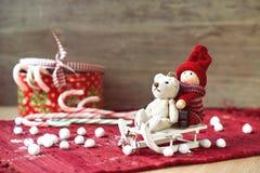 Kerstmis miniatuurspeelgoed op sleeën en giftdoos met suikergoed royalty-vrije stock afbeelding