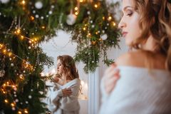 Kerstmis Mooie Glimlachende Vrouw royalty-vrije stock afbeelding