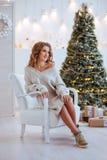 Kerstmis Mooie Glimlachende Vrouw royalty-vrije stock foto's