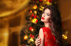 Kerstmis Mooie Glimlachende Vrouw Elegante sexy dame in rode dre Stock Afbeelding