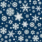 Kerstmis naadloos patroon met witte sneeuwvlokken die op donkerblauwe nachthemel bakground vallen Vector stock illustratie