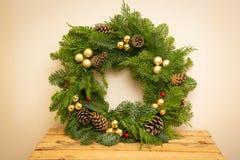 Kerstmis natuurlijke kroon met natuurlijke decoratie - pinecones, mandarijnen, droge appelen royalty-vrije stock afbeeldingen