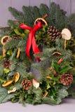 Kerstmis natuurlijke kroon met natuurlijke decoratie - pinecones, mandarijnen, droge appelen royalty-vrije stock afbeelding