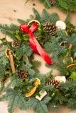Kerstmis natuurlijke kroon met natuurlijke decoratie - pinecones, mandarijnen, droge appelen stock foto's