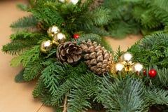 Kerstmis natuurlijke kroon met natuurlijke decoratie - pinecones, mandarijnen, droge appelen stock afbeeldingen