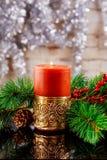 Kerstmis of Nieuwe Year& x27; s die rode kaarsen, F, denneappels branden, Royalty-vrije Stock Afbeelding