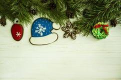 Kerstmis, Nieuwjaar, peperkoekdecoratie en takken royalty-vrije stock foto