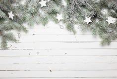Kerstmis of Nieuwjaarachtergrond: bont-boom takken, decoratie en schitterende sterren op houten achtergrond, hoogste mening Royalty-vrije Stock Foto's