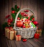 Kerstmis of Nieuwjaarachtergrond met mand Royalty-vrije Stock Afbeeldingen