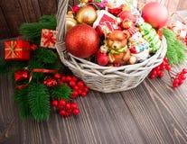 Kerstmis of Nieuwjaarachtergrond met mand Stock Afbeeldingen
