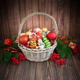 Kerstmis of Nieuwjaarachtergrond met mand Stock Afbeelding