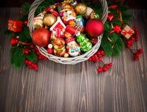 Kerstmis of Nieuwjaarachtergrond met mand Royalty-vrije Stock Foto