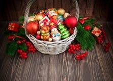 Kerstmis of Nieuwjaarachtergrond met mand Stock Foto