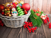 Kerstmis of Nieuwjaarachtergrond met mand Royalty-vrije Stock Afbeelding