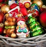 Kerstmis of Nieuwjaarachtergrond met mand Stock Fotografie
