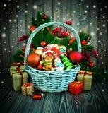 Kerstmis of Nieuwjaarachtergrond met mand Stock Foto's