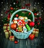 Kerstmis of Nieuwjaarachtergrond met mand Royalty-vrije Stock Fotografie