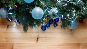 Kerstmis of Nieuwjaardecoratieachtergrond: bont-boom takken, kleurrijke glasballen op houten achtergrond stock foto's