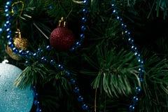 Kerstmis of Nieuwjaardecoratieachtergrond: bont-boom takken, kleurrijke glasballen op zwarte grungeachtergrond stock afbeeldingen