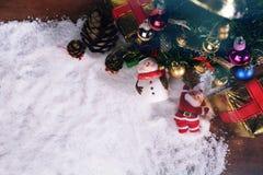 Kerstmis of Nieuwjaardecoratieachtergrond giftdenneappels Stock Foto
