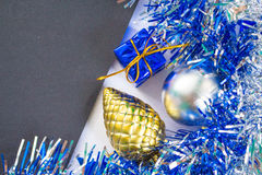 Kerstmis of Nieuwjaarfotoachtergrond Zwart karton met fonkelend kader Stock Foto
