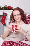 Kerstmis of Nieuwjaarviering Jonge vrouw in een witte knitte Stock Afbeelding