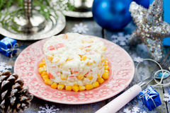 Kerstmis of Nieuwjaarvoorgerecht - krabsalade met de rijst van het graanei Stock Afbeelding