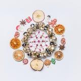 Kerstmis om cirkelkader of kroon maakte met droge vruchten en anijsplantsterren en het decor van marsepeinkerstmis royalty-vrije stock afbeelding