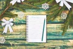 Kerstmis om lijst op groene rustieke houten achtergrond te doen royalty-vrije stock foto