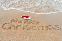 Kerstmis op strand - vakantieachtergrond Stock Fotografie