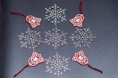Kerstmis openwork sneeuwvlokken op een gekleurde achtergrond voor decoratie royalty-vrije stock foto