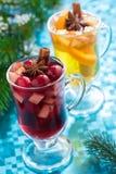 Kerstmis overwogen wijn en appelcider op een blauwe achtergrond Stock Fotografie