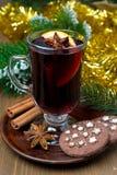 Kerstmis overwogen wijn met kruiden en chocoladekoekjes Stock Afbeelding