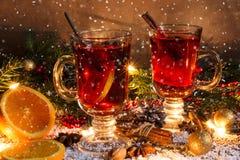 Kerstmis overwogen wijn met sneeuw en decoratie Royalty-vrije Stock Fotografie