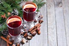 Kerstmis overwogen wijn met spar en decor Royalty-vrije Stock Fotografie