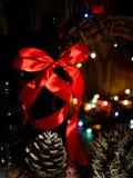 Kerstmis overwoog wijn met kruiden in glasswithplaid en sneeuw op een Kerstmisboom op donkere achtergrond, de glaskop van stock afbeelding