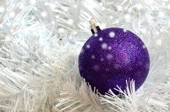 Kerstmis purpere bal op witte onnodig stock afbeeldingen