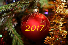 Kerstmis rode bal met de inschrijving 2017 Stock Afbeeldingen