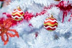 Kerstmis rode ballen en decoratie Stock Afbeelding