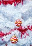 Kerstmis rode ballen op witte boom Stock Foto's