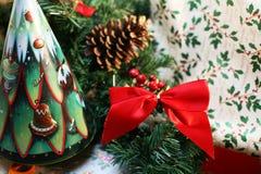 Kerstmis rode boog en decoratie Royalty-vrije Stock Afbeeldingen
