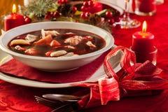 Kerstmis rode borscht met vlees gevulde bollen Stock Fotografie
