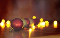 Kerstmis rode en gouden ballen met bokeh Stock Foto